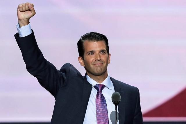 ARCHIVO - En este martes, 19 de de julio de, el año 2016 foto de archivo, Donald Trump, Jr., hijo del candidato presidencial republicano Donald Trump, levanta el puño después de hablar durante  ...