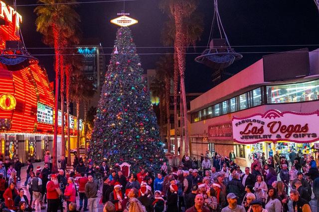 La Ceremonia de Iluminación del Árbol de Navidad, dirigida por la Alcaldesa Carolyn Goodman, el martes 6 de diciembre de 2016, en Fremont Street Experience en el centro de Las Vegas. (Tom Donoghue)