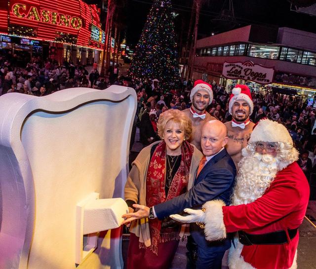 La alcaldesa de Las Vegas, Carolyn Goodman y el presidente de Fremont Street, Patrick Hughes; junto al staff de entretenimiento. Foto cortesía Tom Donoghue