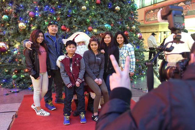 Una familia se toma una foto con Santa durante la iluminación anual del árbol de navidad en Fremont Street Experience, el martes 6 de diciembre de 2016, en Las Vegas. Sam Morris / Oficina de Not ...