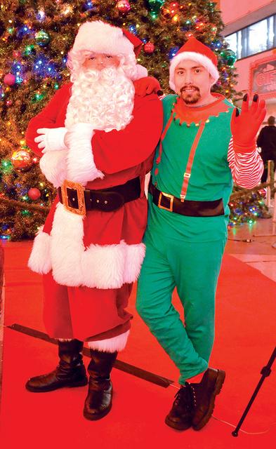 Santa Claus y un duende travieso alegraron la tarde del miércoles 7 de diciembre y posaron para el lente de nuestra cámara. Foto El Tiempo/Lizette Carranza