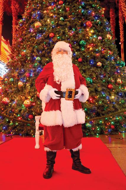 Papa Noel espera que cientos de personas vayan a visitarlo a la Fremont Street. Foto El Tiempo/Lizette Carranza
