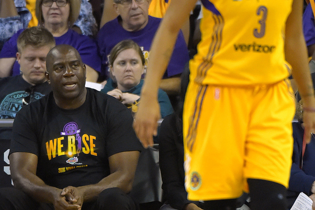 "A la izquierda Earvin ""Magic"" Johnson. (AP Photo/Mark J. Terrill)"