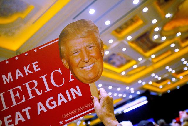 """Un participante en el acto de campaña electoral por Donald Trump, el domingo 30 de octubre del 2016, sostiene un cartel con el lema """"Hacer grande a América otra vez"""". ( Foto Rachel Aston/Las Veg ..."""
