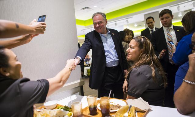 El aspirante demócrata a la vicepresidencia de los Estados Unidos, Tim Kaine, saluda a empleados durante una visita al hotel y Casino MGM Grand en Las Vegas el 7 de octubre del 2016. (Foto Chase  ...