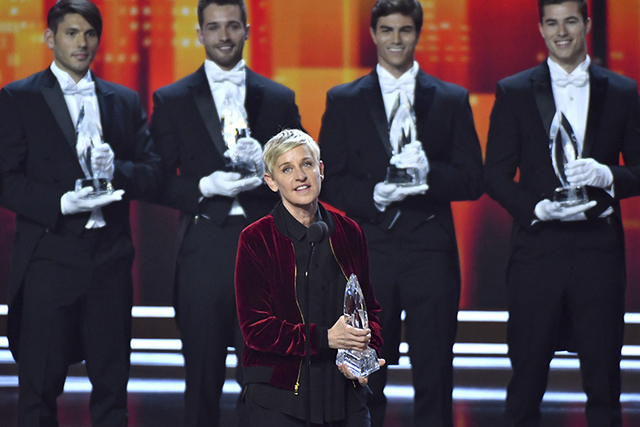 Ellen DeGeneres ganó premios por la voz de película animada, por conductora de programa diurno de TV, y por colaboración en comedia favorita, durante la entrega de los People's Choice Awards, e ...
