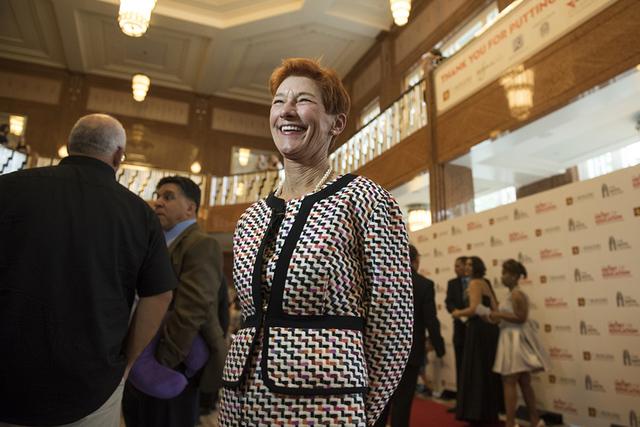 Beverly Rogers, cofundadora de la Fundación Rogers durante las llegadas a la alfombra roja para los Premios Heart of Education en el Smith Center el sábado 7 de mayo de 2016. Más de 800 maestro ...