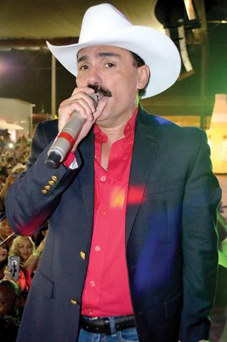 Foto 1 El Chapo de Sinaloa en concierto sobre la explanada del Broadacres. Foto El Tiempo