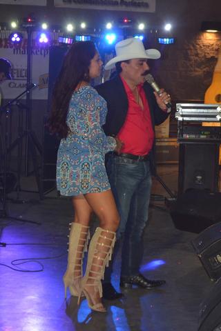 Aquí vemos a El Chapo con una de las fanáticas que subió al escenario. Foto El Tiempo