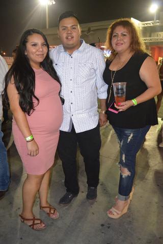 Foto 3 Derecha a izq. Amelia Venegas con su esposo Carlos Rivera y su suegra Isabel Rivera que vinieron desde Utah. Foto El Tiempo