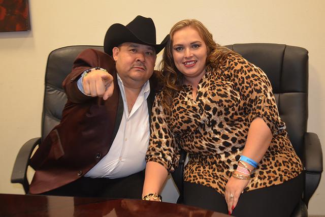 """Carolina Arellano fue una de las afortunadas que se tomó la foto con """"El Coyote"""", la noche del sábado 22 de octubre. Foto El Tiempo"""