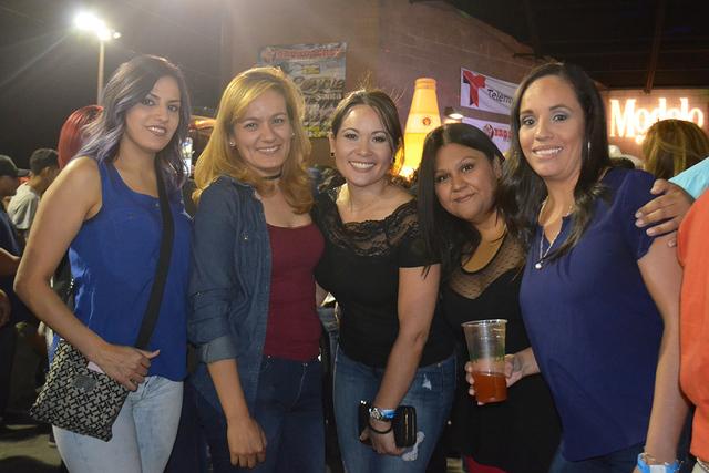 Un grupo chicas disfrutaron del ambiente y la música de El Coyote y su Banda Tierra Santa, el sábado 22 de octubre . Foto El Tiempo