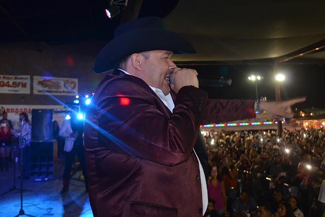 El Coyote cantando con gran sentimiento a su público. Foto El Tiempo