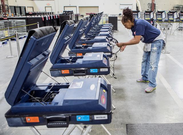 Connie Sneed revisa la condición de las máquinas de votacion durante una sesión de capacitación electoral, en las instalaciones del Departamento de Elecciones, en el 965 Trade Drive, en North  ...