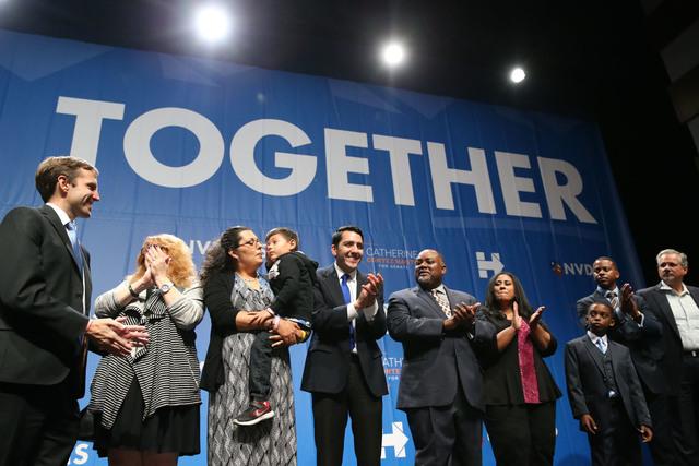 Miembros del Caucus legislativo entre ellos los asambleístas Olivia Díaz (con su hijo en brazos) y a su lado Nelson Araujo, y del Partido Demócrata de Nevada, celebran el martes 8 de noviembre  ...