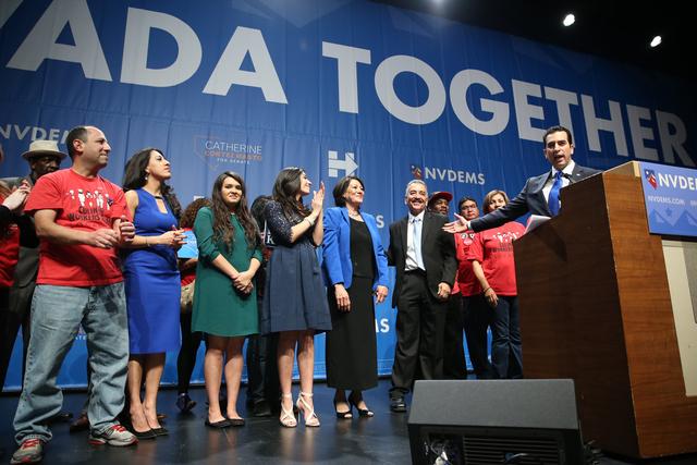 El senador estatal y recién electo congresista Rubén Kihuen, en el podio, señala a su familia y seguidores al hablar para agradecer su triunfo, el martes 8 de noviembre del 2016 en el hotel Ari ...