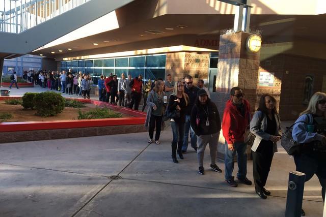 Una fila larga de personas se observó la mañana del martes 8 de noviembre del 2016, al iniciar la jornada de elección general, en la casilla de la Liberty High School. (Foto Michael Quine/Las V ...