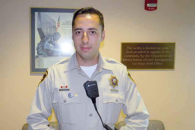 """""""Si querían un trabajo seguro, con beneficios, buen pago, con todo, aquí es una posibilidad perfecta"""": oficial Michael Rodríguez, quien anunció que buscan contratar personas de habla hispa ..."""