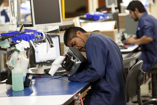 ARCHICOEn esta foto del 27 de diciembre de 2013, Oscar Lira de Zacatecas, México repara una impresora de recibos en una maquiladora en Ciudad Juárez. (Foto de AP / Iván Pierre Aguirre)