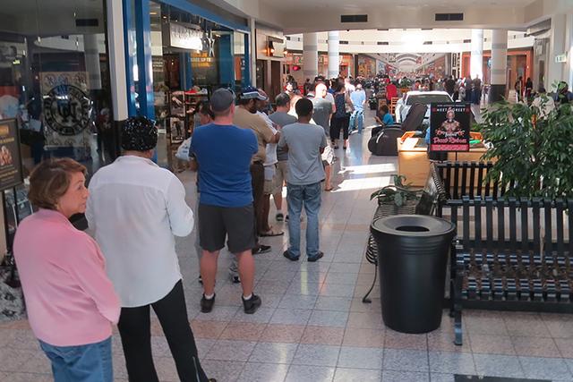 Pese a las largas filas para votar anticipadamente en el Boulevard Mall, el tiempo de espera para poder emitir el sufragio no superaba los 20 minutos, situación que fue agradable para los ciudada ...