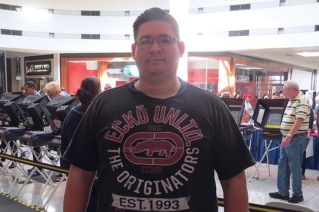 """Los que podemos levantar la voz hay que hacerlo por aquellos que no pueden"""": Walter Cano, emitió su voto el primer día de las votaciones anticipadas. Sábado 22 de octubre en el Boulevard Mall ..."""