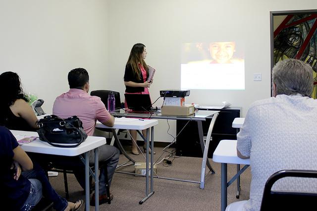 Valeria Gurr, es coordinadora de Prevent Child Abuse, y da clases en español para padres. Viernes 22 de julio, Mini City Hall Craig, North Las Vegas. Foto El Tiempo.