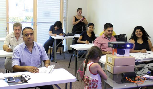 Los asistentes al taller, pueden despejar sus dudas sobre temas de importancia en la vida de sus niños.Viernes 22 de julio, Mini City Hall Craig, North Las Vegas. Foto El Tiempo.