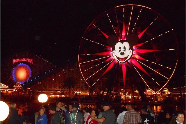 """Mickey Mouse cumplió 88 años de edad el 18 de noviembre. Aquí se ve su famosa cara en la enorme rueda giratoria, una de las atracciones en la zona """"Paradise Pier"""", junto al lago donde por las n ..."""