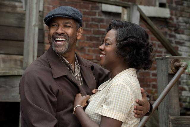 Ambientada en la década de los 50, 'Fences' narra la historia de un padre afroamericano que hará frente a los prejuicios raciales para sacar adelante a su familia a pesar de las dificultades ...