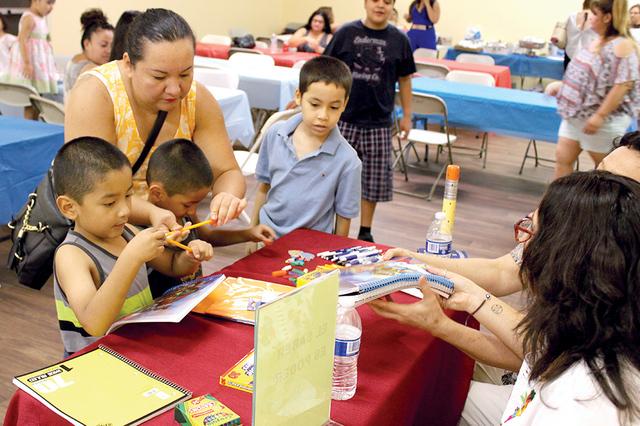 Los niños recibieron útiles escolares gratuitos durante el Festival Centroamericano, el sábado 20 de agosto efectuado en la sede consular salvadoreña. Foto El Tiempo