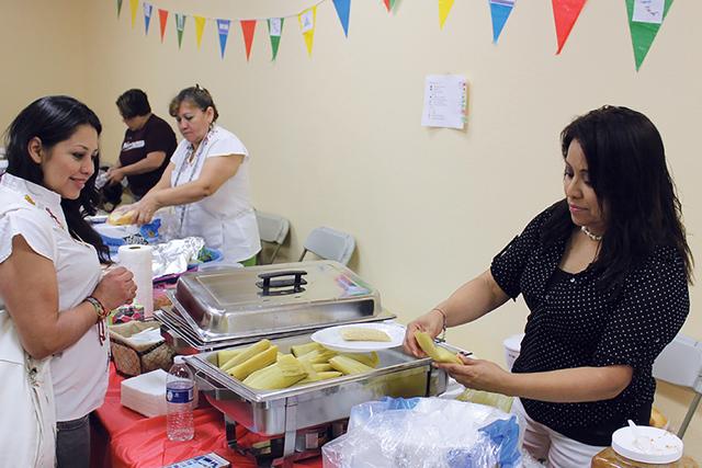 Jackie Sosa, representante del Comité Centroamericano, cocinó tamales para vender y obtener los fondos para la celebración de la independencia centroamericana, el sábado 20 de agosto de 2016.  ...