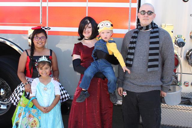 Las niñas Muñoz conocieron a los personajes de Minions en el Festival de la Cosecha, realizado en el Centro Comunitario Silver Mesa, el sábado 22 de octubre de 2016. Foto El Tiempo