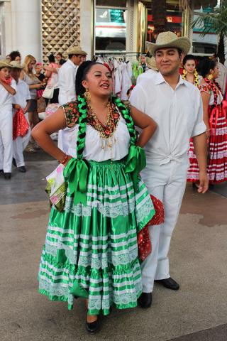 """Los jóvenes iniciaron su presentación con la melodía """"Pinotepa Nacional"""" de Oaxaca, durante su presentación en Fremont Street Experience, el domingo 18 de septiembre de 2016. Foto El Tiempo"""