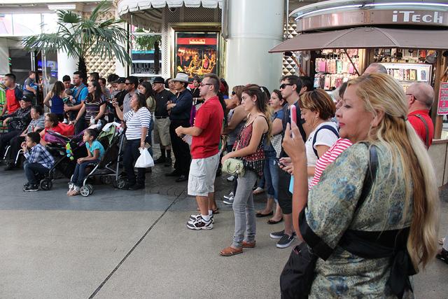 Los turistas se acercaron a presenciar el show del ballet Senyelistli, el domingo 18 de septiembre de 2016 en Fremont Street Experience. Foto El Tiempo