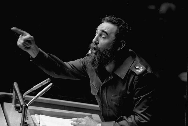 En esta foto de archivo tomada el 12 de octubre de 1979, el presidente cubano, Fidel Castro, apunta durante su extenso discurso ante la Asamblea General de las Naciones Unidas, en Nueva York. El p ...