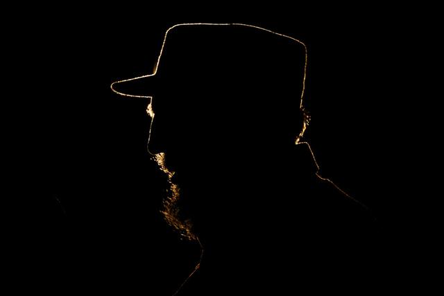 El presidente de Cuba, Fidel Castro habla durante una ceremonia que otorgó al Presidente venezolano Hugo Chávez, Premio Internacional José Martí 2005 de la UNESCO en la Plaza de la Revolución ...
