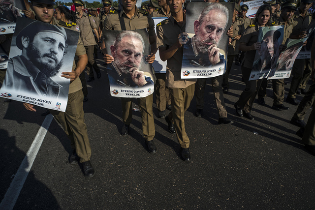 En esta foto de archivo del 1 de mayo de 2016, soldados con imágenes del líder cubano Fidel Castro marchan durante el des le del 1 de mayo en la Plaza de la Revolución, en La Habana, Cuba. Mile ...
