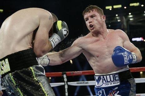 """El mexicano Saul """"Canelo"""" Alvarez, derecha, golpea a su oponente Liam Smith, en el quinto round del campeonato de la WBO Junior Middleweight, en Arlington, Texas, el sábado 17 de septiembre. Alva ..."""