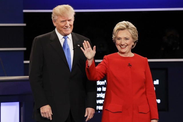 Los candidatos a la Casa Blanca, el republicano Donald Trump y la demócrata Hillary Clinton al inicio de su primer debate presidencial en la Universidad Hofstra en Hempstead, de Nueva York, el lu ...