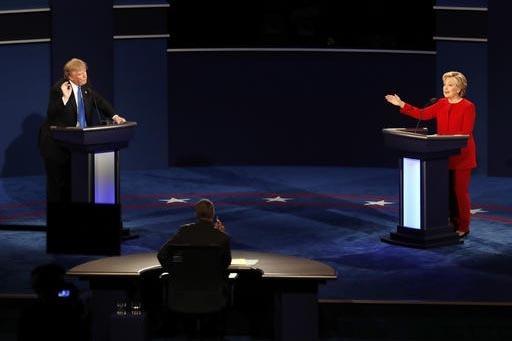 Los candidatos a la presidencia, el republicano Donald Trump y la demócrata Hillary Clinton, en un momento de su primer debate el lunes 26 de septiembre en la Universidad Hofstra, en Hempstead, N ...