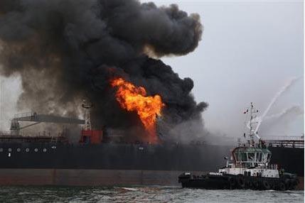 Varias embarcaciones antincendios lanzan chorros de agua para extinguir un fuego a bordo del barco petrolero Burgos a unos 13 kilómetros (siete millas náuticas) de la ciudad portuaria de Boca de ...