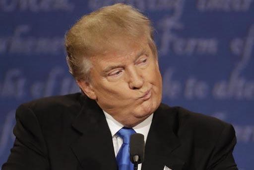Donald Trump, candidato republicano a la presidencia de los Estados Unidos, escucha a su contrincante demócrata  Hillary Clinton durante el primer debate, en Nueva York, el lunes 26 de septiembre ...