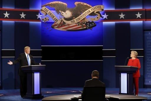 En pleno debate el republicano Donald Trump contesta una pregunta mientras la demócrata Hillary Clinton escucha en la Hofstra University, en Hempstead, N.Y., el lunes 26 de septiembre de 2016 (AP ...
