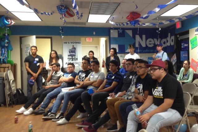 Jóvenes de Rancho High School y vecinos del este de Las Vegas vieron el debate presidencial. Después escucharon hablar al senador Mo Denis, al asambleísta Edgar Flores y a la activista Astrid S ...