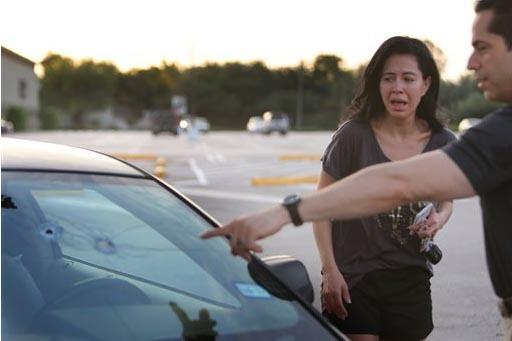 Alan Wakim muestra a su esposa Jennifer Molleda, los disparos que entraron por el parabrisas de su camioneta y estuvieron cerca de impactarle en el rostro, el lunes 26 de septiembre en Houston, Te ...