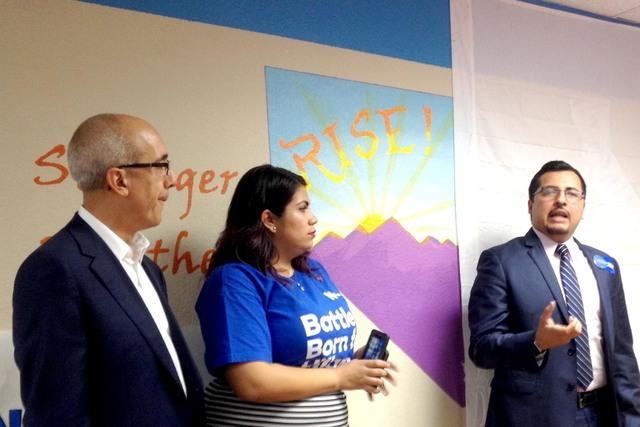 Senador Mo Denis (D-distrito 2); activista Astrid Silva, y Edgar Flores (D-Distrito 28), hablaron al público reunido en el este de Las Vegas para ver el debate presidencial entre Hillary Clinton  ...