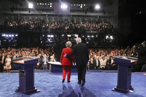 Los aspirantes a la presidencia de los Estados Unidos, la demócrata Hillary CLinton y el republicano Donald Trump en el escenario de la Universidad Hofstra, en Hempstead, N.Y. Al fondo la audienc ...
