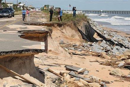 James Troiano, sheriff del Condado Fagler, al centro, habla con la prensa sobre los estragos causados por el huracán Matthew en la sección A1A de la playa Flagler, el 8 de octubre del 2016. (Fot ...