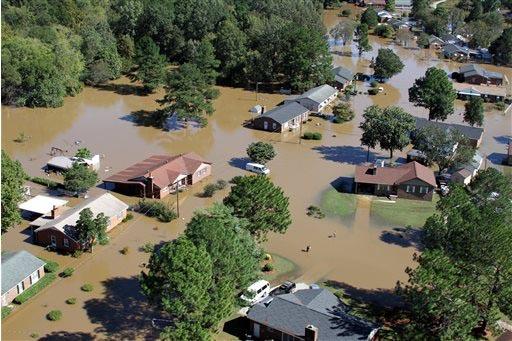 Luego de las lluvias torrenciales provocadas por el huracán Matthew, varias ciudades de la costa este de los Estados Unidos se ven como este panorama en Rocky Mount, Carolina del Norte, el 10 de  ...