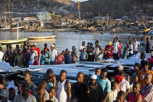 Gente damnificada por el huracán Matthew hace fila para recibir comida, en la población de Anse D'Hainault, Haiti, el 11 de octubre del 2016. Casi una semana después de haber pasado el huracán ...